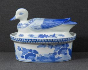 A magnificent tureen made in China in the 2nd half of the 20th century.
