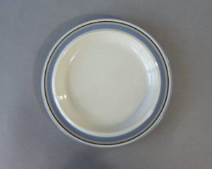 A vintage cake plate made by Arabia Finland belonging to the series Uhtua.