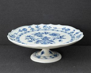Zwiebelmuster footed cake stand