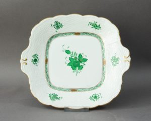 A square platter made by Herend Hungary (nr. 431 AV). The platter features Herend's famous hand painted Apponyi Green Decor. The item measures 27.5 cm. in width (including handles). The item is in a perfect condition.