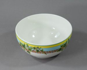 A serving bowl made by Rosenthal belonging to the series 'Ivy Leaves Passion'.