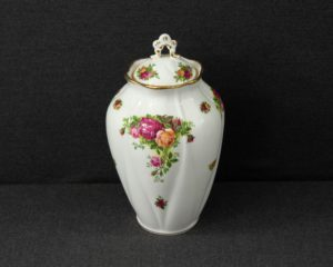 Old Country Roses lidded vase