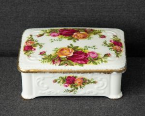 Old country roses trinket box